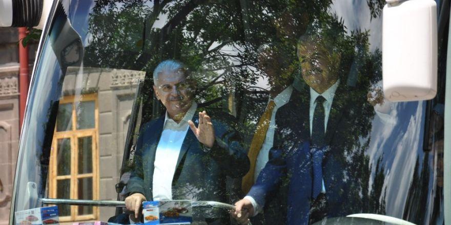 Başbakan Binali Yıldırım, Kars Valiliği ve Harakani Türbesini ziyaret etti