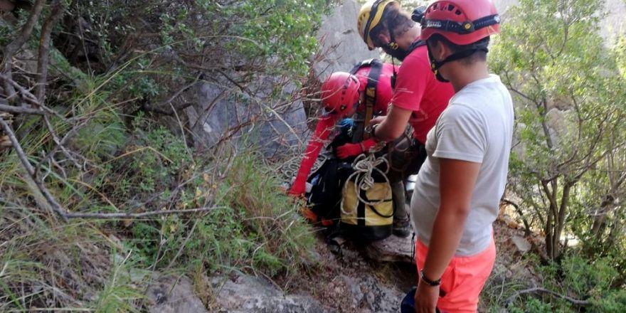 Uçurumda mahsur kalan tatilciyi AKUT kurtardı
