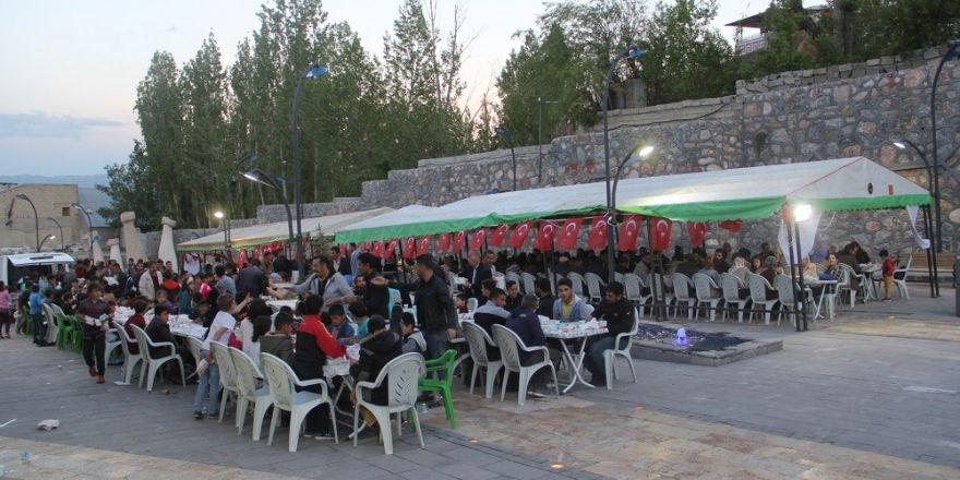 Başkale'de vatandaşlar hep birlikte iftarda buluştu