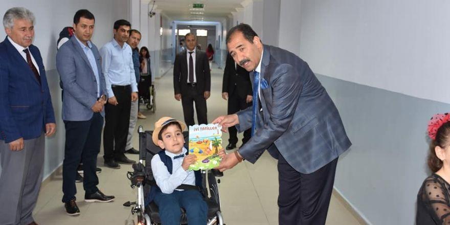 Başarılı engelli öğrenciye karne hediyesi olarak akülü araç verildi
