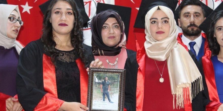 Vefat eden bölüm arkadaşlarını mezuniyet töreninde andılar