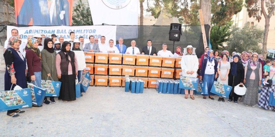 Mut'lu arı üreticilerine kovan dağıtıldı