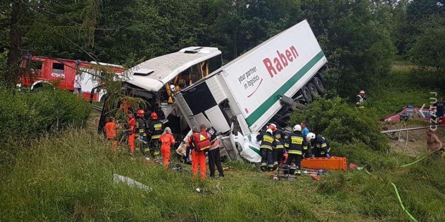 Polonya'da gezi otobüsü ile kamyon çarpıştı: 48 yaralı