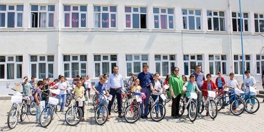 Başkan Taşkın öğrencilere bisiklet dağıttı