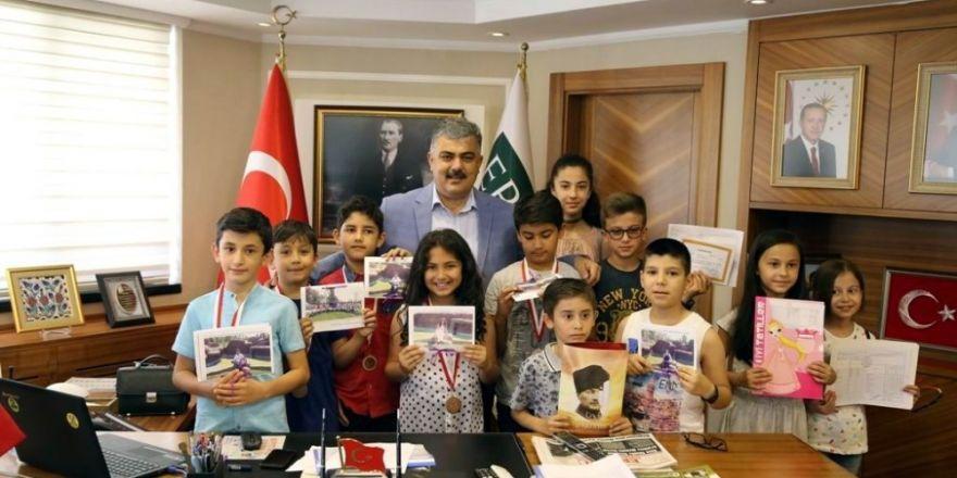 Başkan Özgüven, öğrencilerin karne sevincine ortak oldu