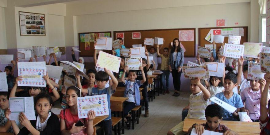 Şanlıurfa'da Suriyeli öğrencilerin karne sevinci