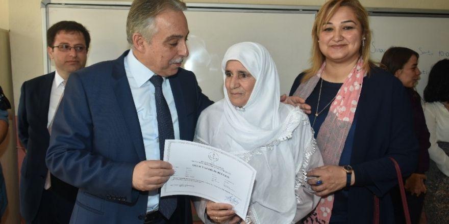Hakkari'de okuma-yazma öğrenen kursiyerlere belgelerini verdi