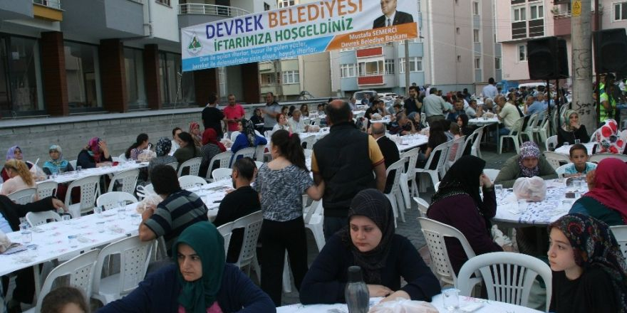 Devrek Belediyesi'nin sokak iftarında yüzlerce kişi bir araya geldi.