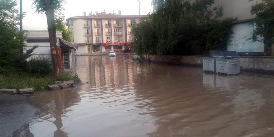 Gölbaşı'nda su borusu patladı, mahalleyi su bastı