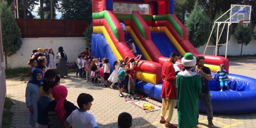 Başkan Akcan'dan çocuklara karne hediyesi