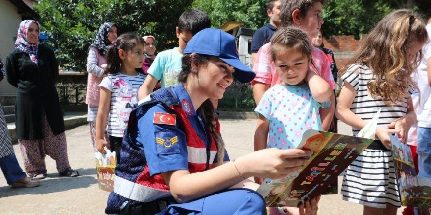 Jandarma karne gününde şehit çocuklarını unutmadı
