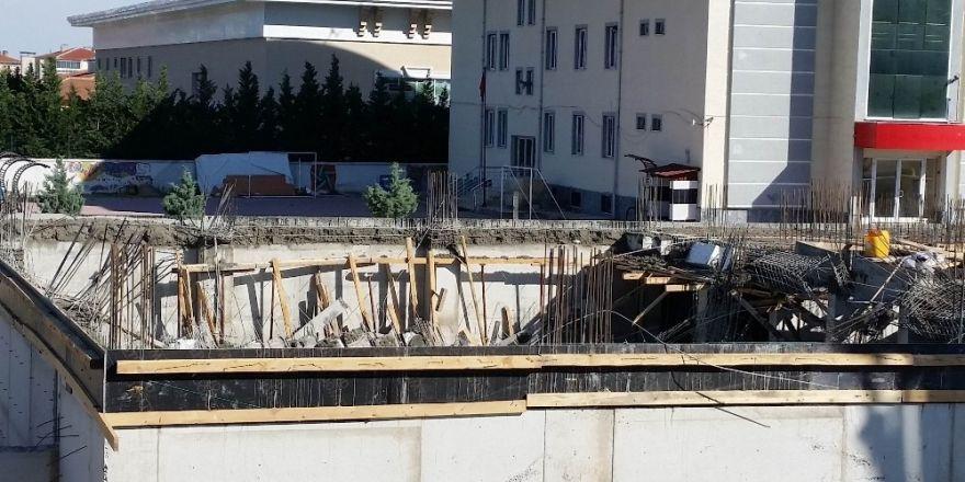 Konya'da öğretmenevi inşaatında beton kalıplar çöktü