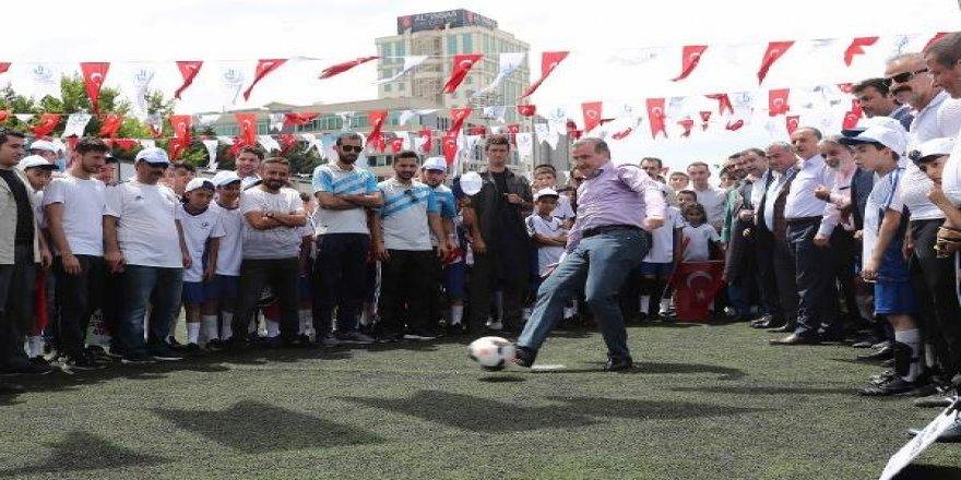 Gençlik ve Spor Bakanı Bak, gençlerle top sektirdi