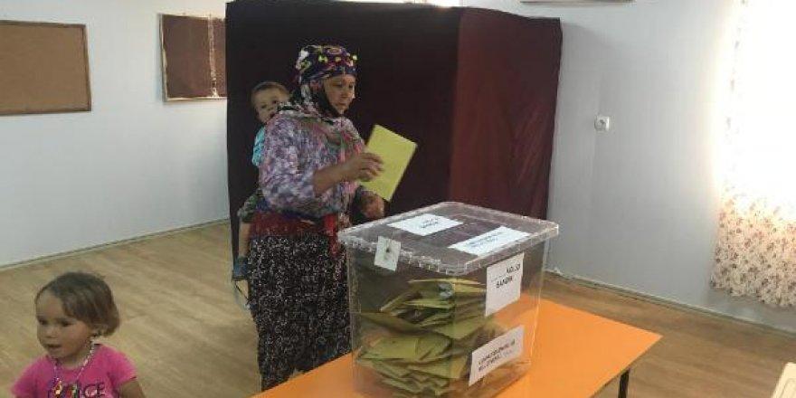 Depremzede yörük kadınları yöresel kıyafetleriyle oy kullandı