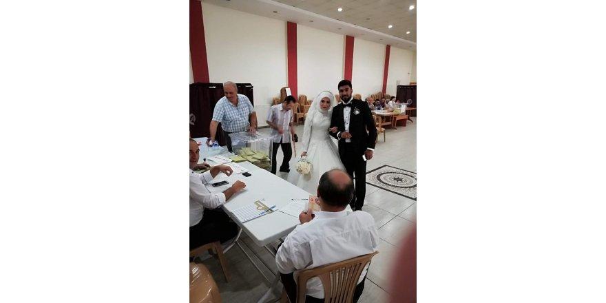 Tosya'da yeni evli çift gelinlik ve damatlıkla oy kullandı