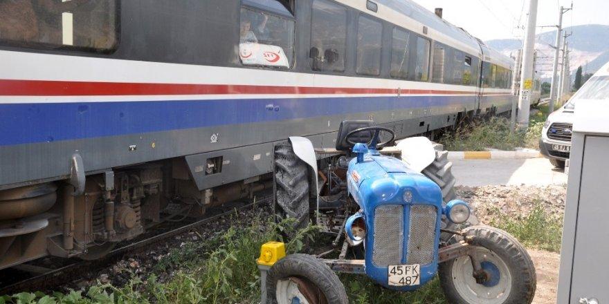 Tren traktörle çarpıştı! Ucuz atlatıldı