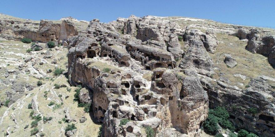 Bin yıllardır süren ihtişam: Hasuni Mağaraları ile ilgili görsel sonucu