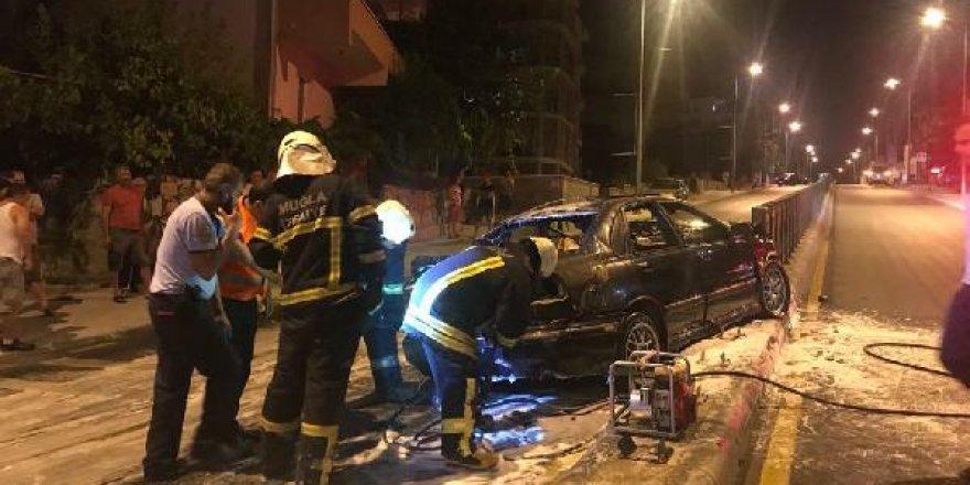 Kazada alev alan otomobilden son anda çıktılar