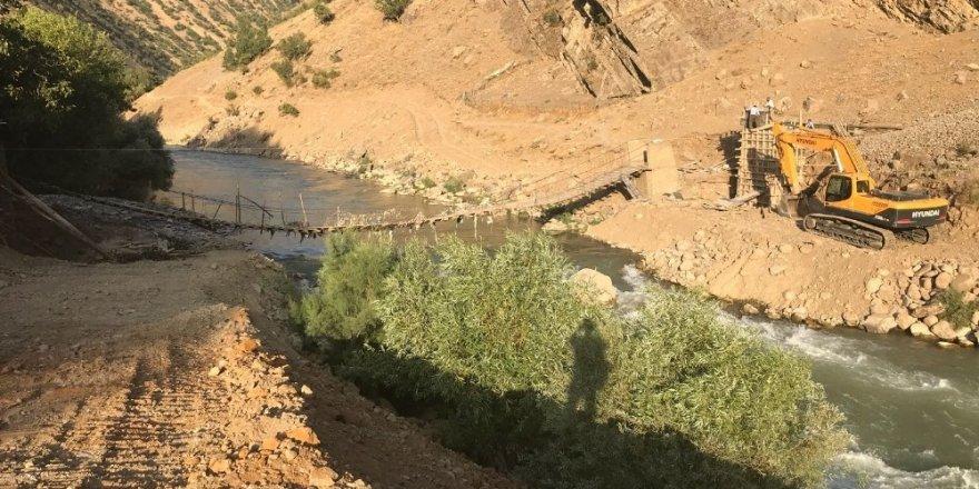 Sele kapılan asma köprüler yenileniyor