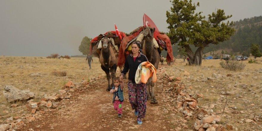 Yörük ailenin Toroslardan develeriyle göç yolculuğu başladı