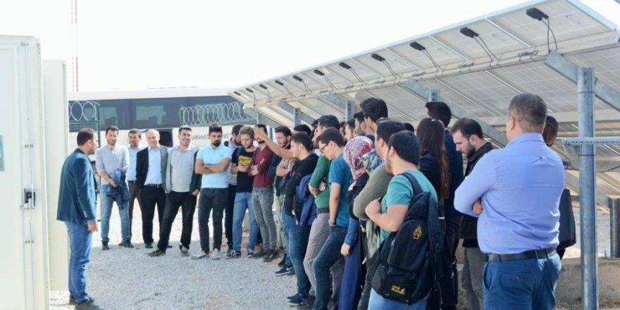 KMÜ Mühendislik Fakültesi öğrencileri güneş santralini inceledi