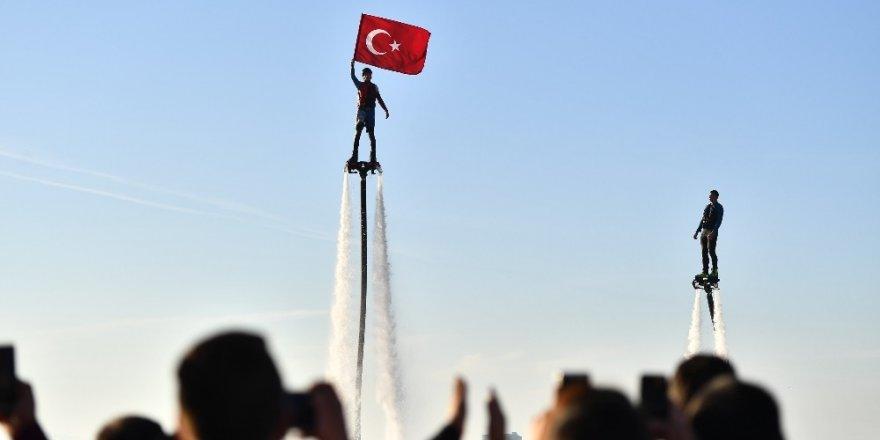 İzmirlilere flyboard sürprizi