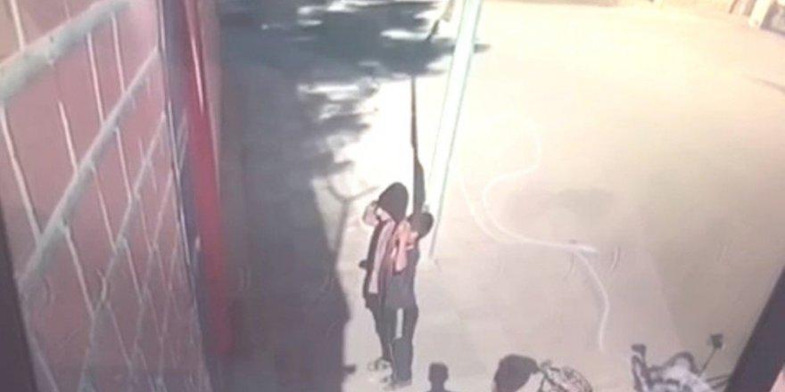 Çocuklar duvarda asılı Türk bayrağına selam verip öptü