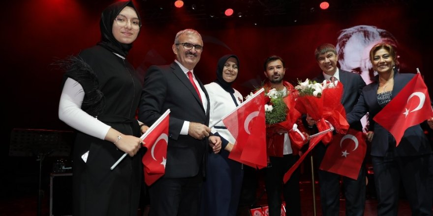 Antalyalılar Cumhuriyet Bayramı'nı Yalın'la kutladı