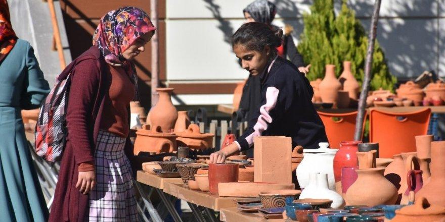Kadınların çamurdan ürettikleri ürünler görücüye çıktı