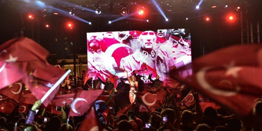 Cumhuriyet coşkusu İrem Derici konseriyle taçlandı