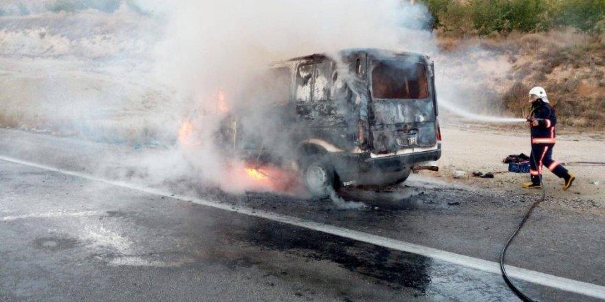 Minibüs alev aldı, sürücü son anda canını kurtardı
