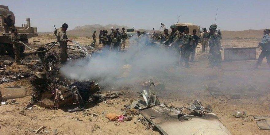 Afganistan'da üst düzey yetkilileri taşıyan askeri helikopter düştü: 20 ölü