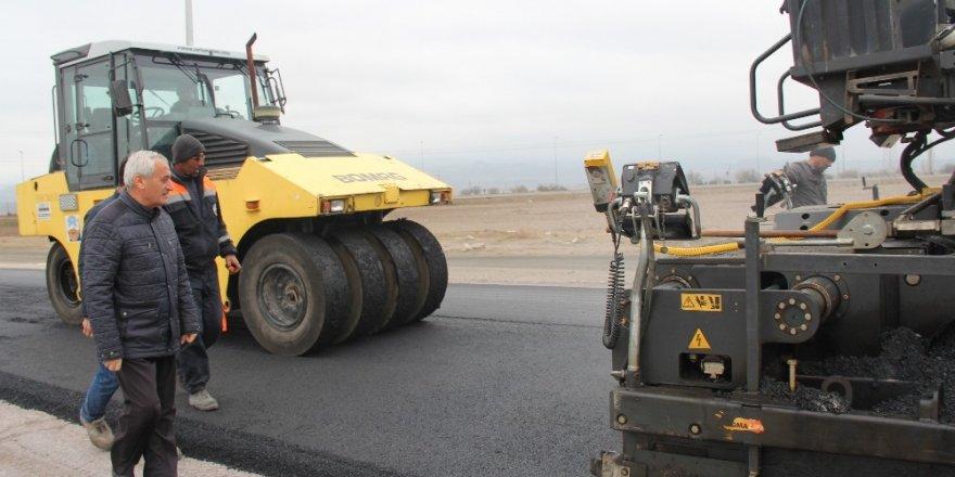 İncesu'da Örenşehir TOKİ Yolu Sıcak Asfalt Çalışması Devam Ediyor