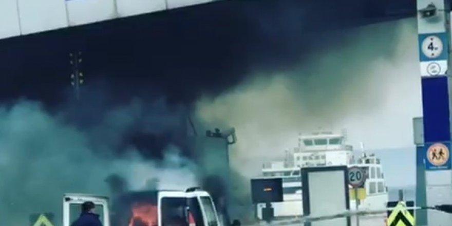 Feribot gişesinde yanan araç paniğe sebep oldu