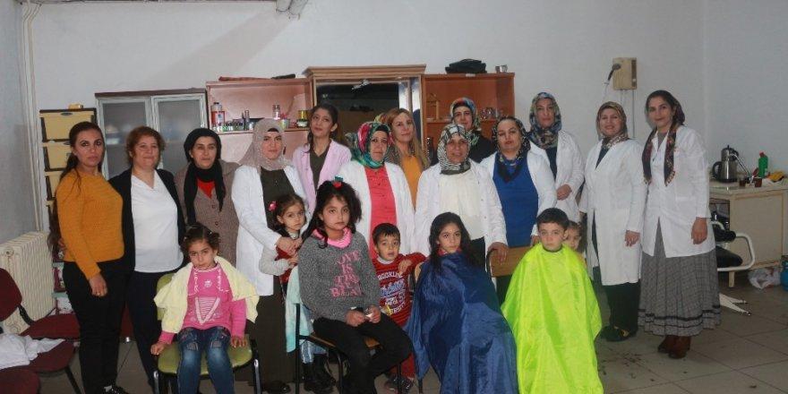 Okuldaki kursta Suriyeli öğrencilerin saç bakımları yapılıyor