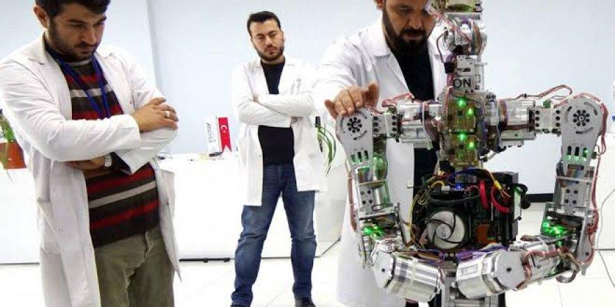 İnsansı robotlar danslarıyla ünlü şarkıcı Merve Özbey'e eşlik etti