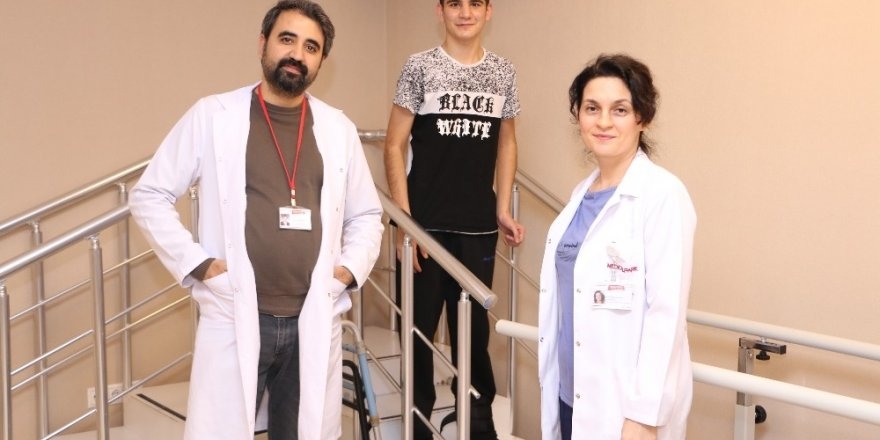 Merdivenden düşen genç, fizik tedavi ile ayağa kalktı