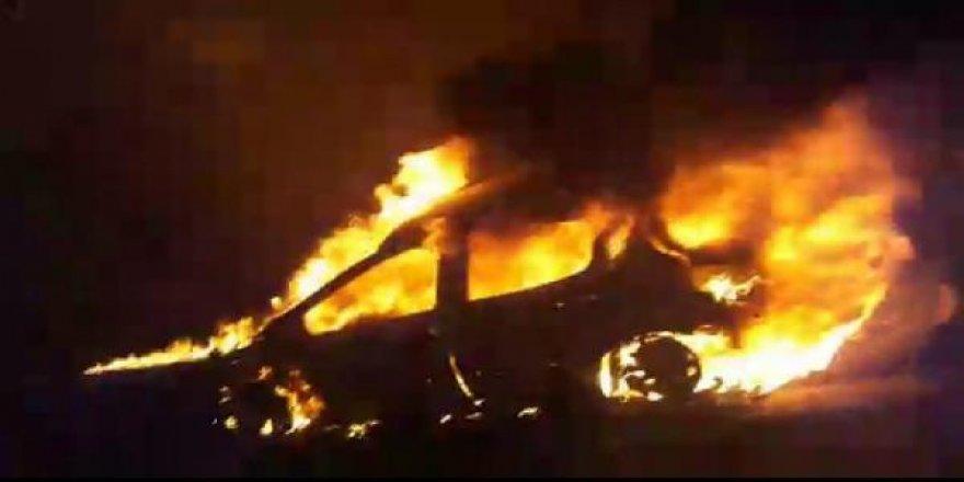Seyir halindeki otomobil tünelde yanarak kül oldu