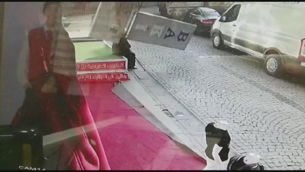 Reklam tabelası yaşlı adamın üzerine düştü