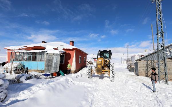 Van ve Bitlis'te kar, 337 yerleşim biriminin yolunu kapattı
