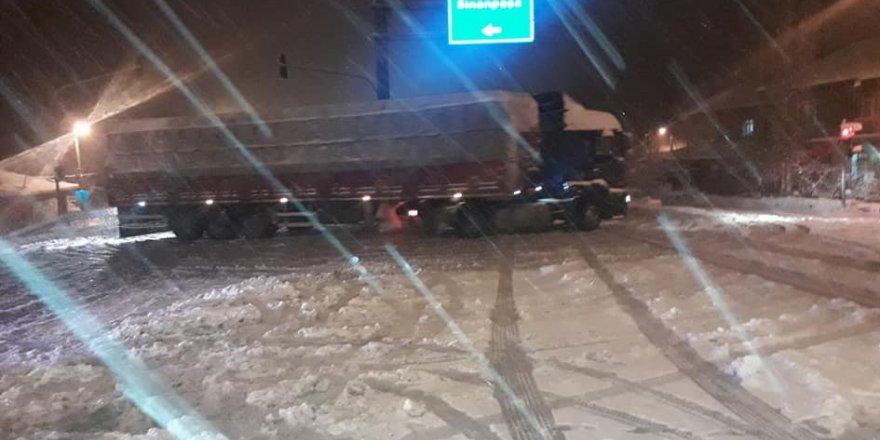 Afyonkarahisar'da aşırı yağan kar nedeniyle bağlantı yolları trafiğe kapandı