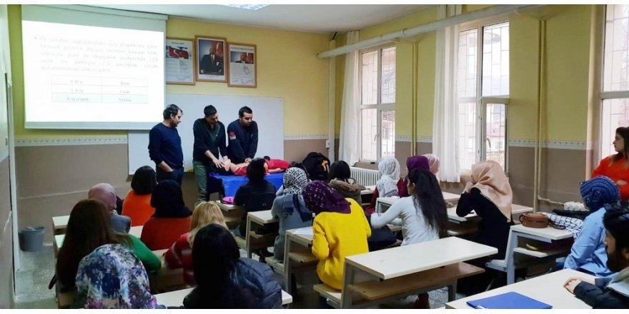 Öğrencilere uygulamalı ilk yardım eğitimi