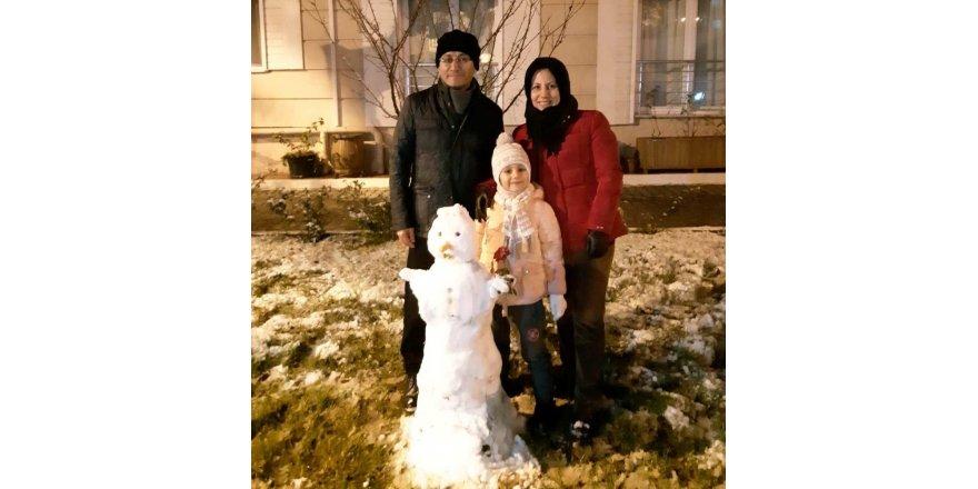 Alaşehir'e kar yağdı, kaymakam kardan adam yaptı