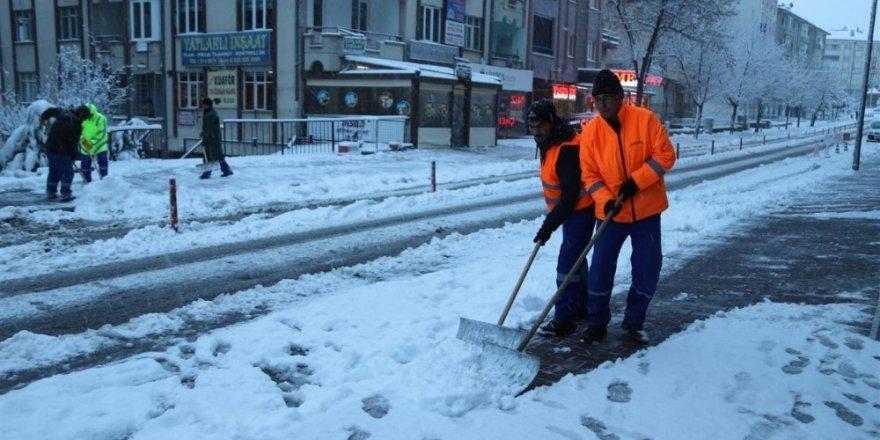 Nevşehir Belediyesi ekipleri karla mücadele ediyor