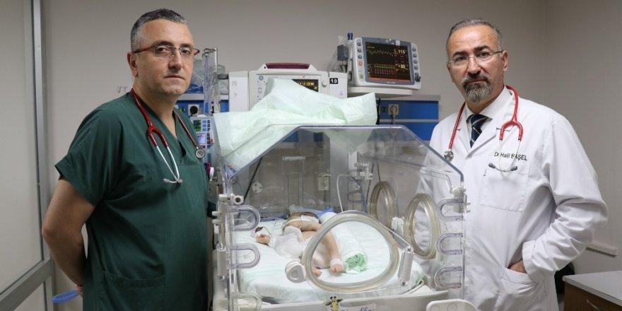 Kalbi göbeğinde olan bebek herkesi şaşırttı