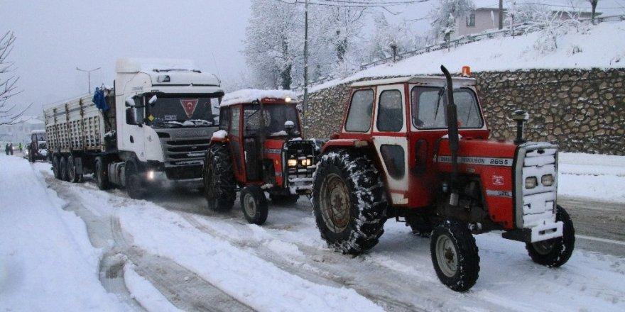 Yolda kalanların imdadına traktörler yetişti
