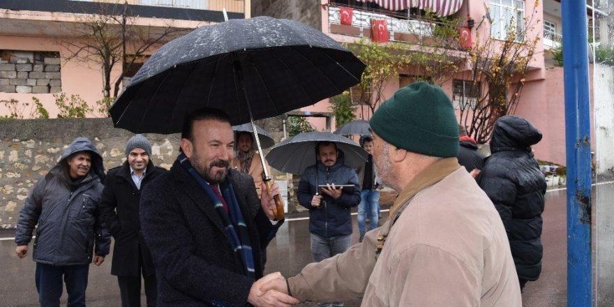 Başkan Doğan'dan yağmur altında mahalle turu