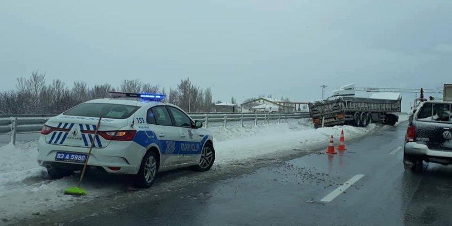 Buzlanan yolda tır yoldan çıktı, 1 kişi yaralandı