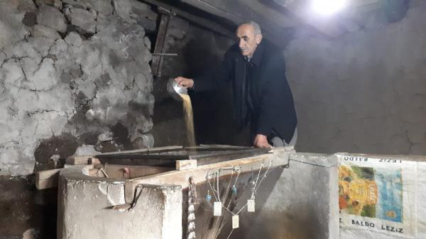 150 yıllık taş değirmende tahin üretiyor