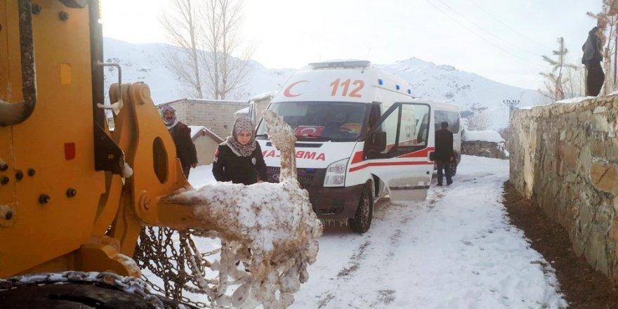 Yolda mahsur kalan ve rahatsızlanan vatandaşları belediye ekipleri kurtardı